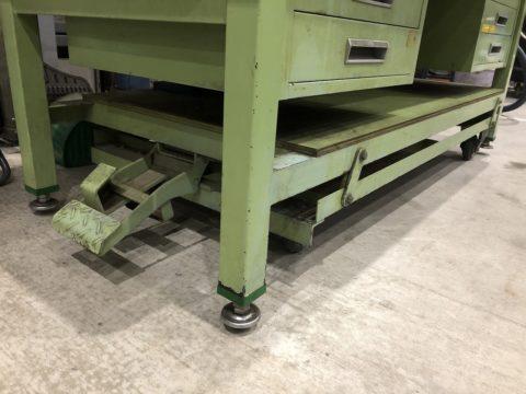 【Sold out】【完売】サカエ製 重量作業台 ペダル昇降移動式の写真05